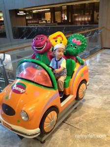 Naik mobil Barney and Friends, kalo ini cuman $1