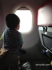 Ini pesawat lagi Take Off!, anak kecil ini pengen liat jendela
